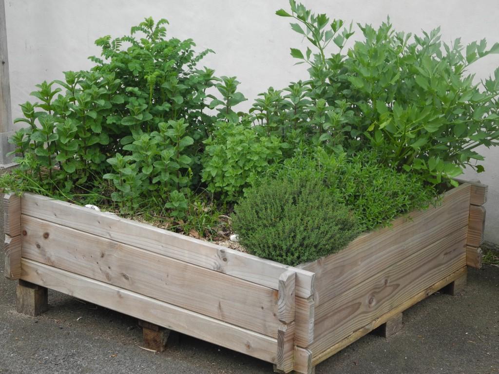 une jardini re en bois jardiner avec jean paul. Black Bedroom Furniture Sets. Home Design Ideas